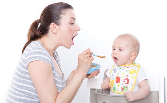 baby beim füttern
